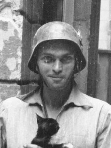 450px-Warsaw_Uprising_by_Lokajski_-_Eugeniusz_Lokajski_with_cat_-_crop